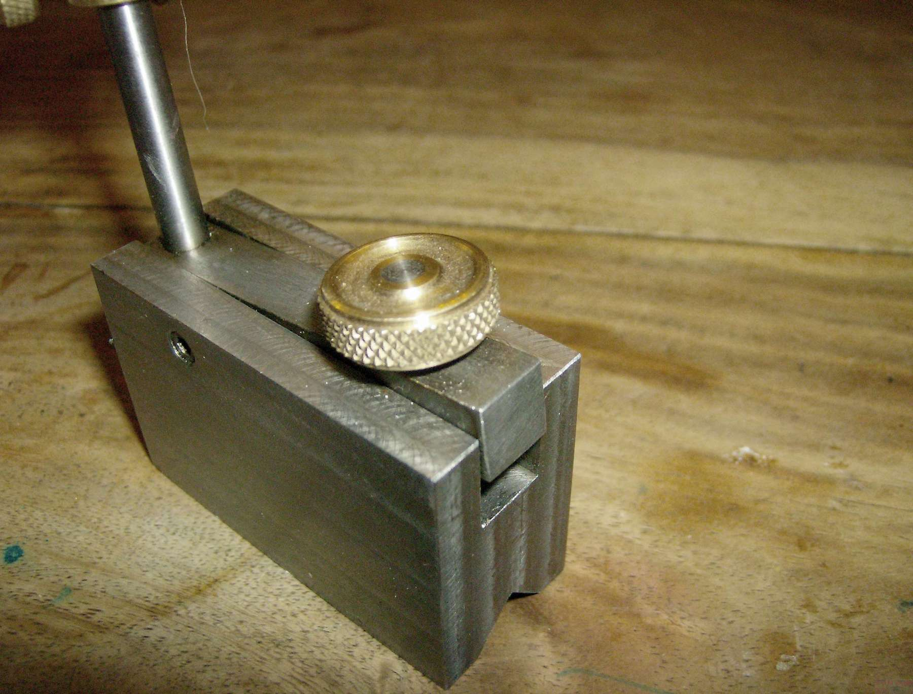 Adjusting screw with knurled nut